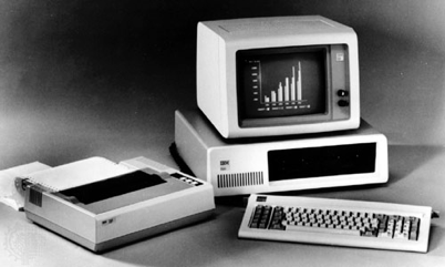 Computador, teclado e impressora antigos da IBM